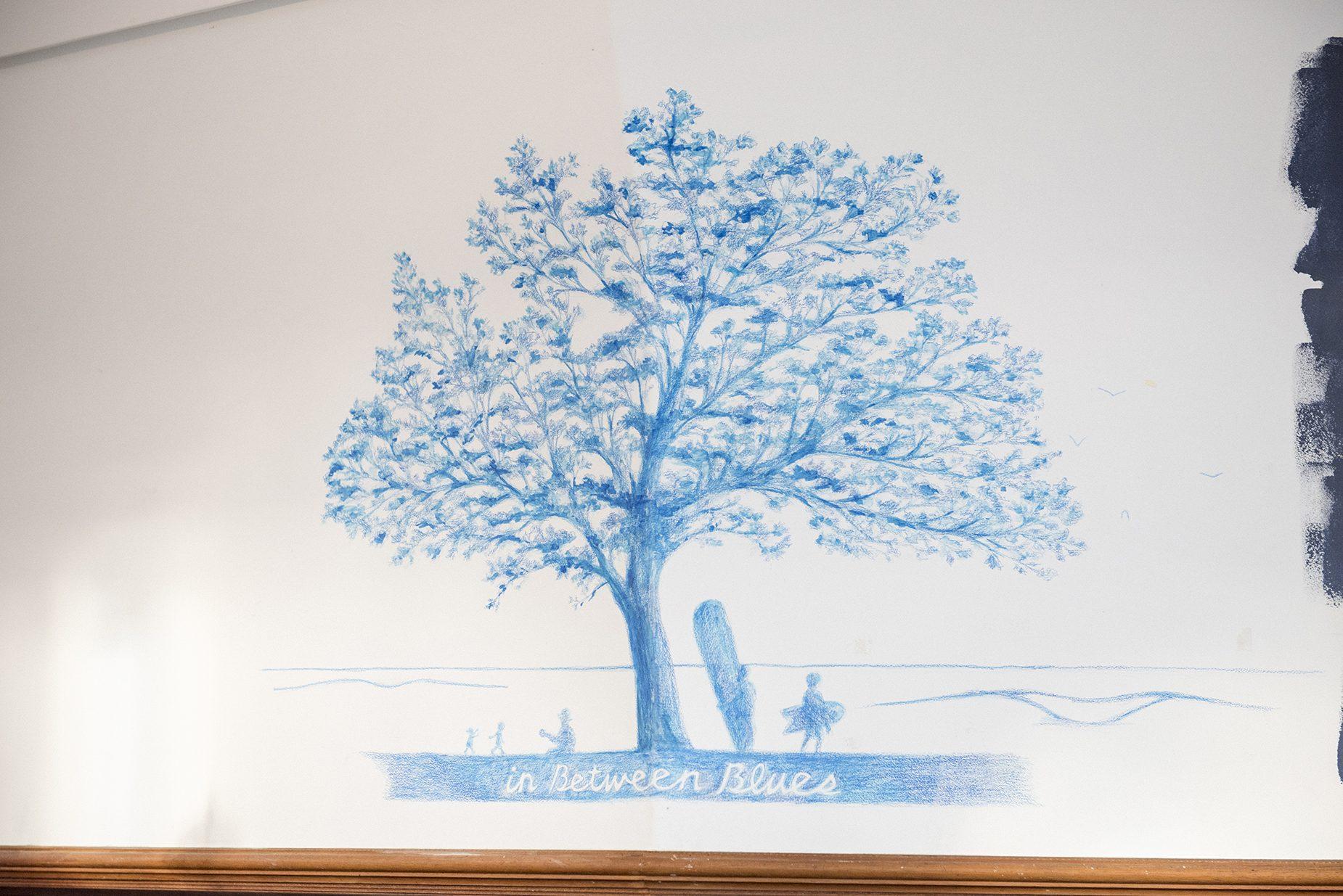 カフェのカウンターの上にある絵はジャック・ジョンソンのアルバム「in Between Dreams」のジャケットをオマージュして描いている。