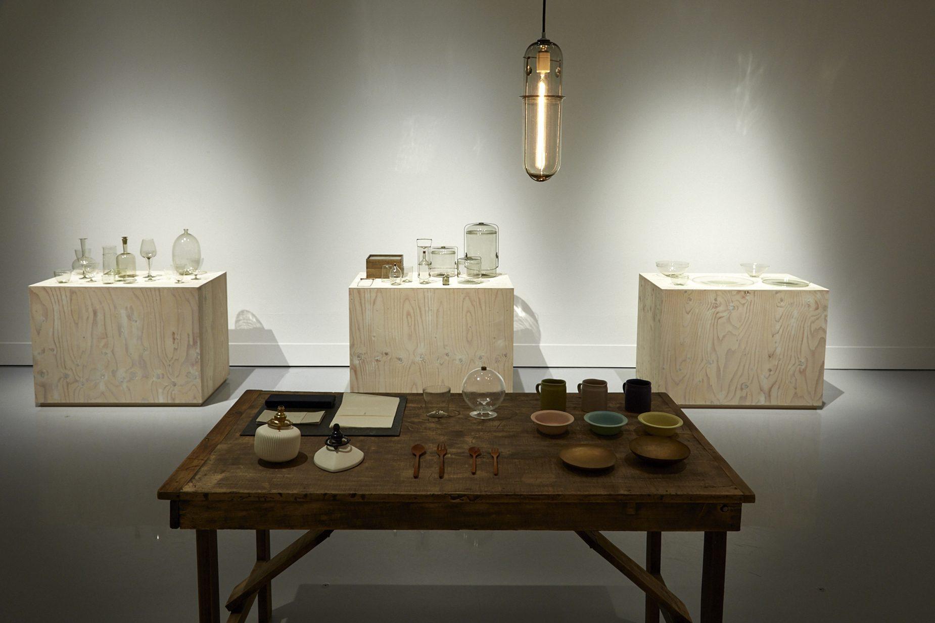 資生堂ギャラリー「そばにいる工芸」展では実際に作品を手に取れるスペースもあり、森岡さんの実用に対する思いが伺えた。 撮影:白石和弘