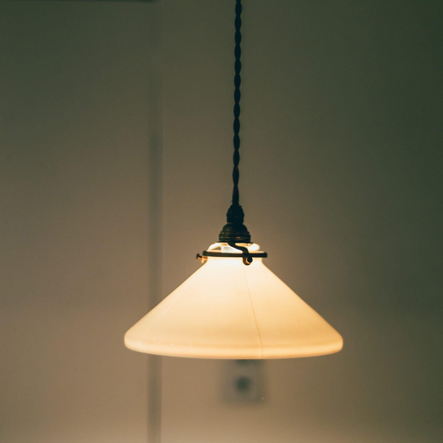 森岡書店のアイコンにもなっている〈飛松灯器〉のランプ