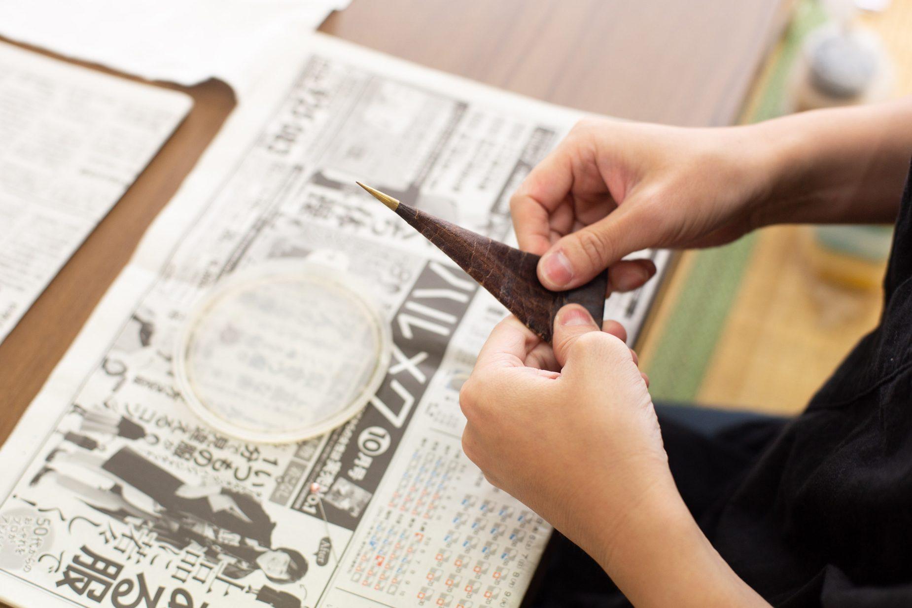 糸目糊置きに使う道具。渋柿柿渋紙でできた円錐型の「筒」に糊が入っており、筒を押すと真鍮でできた先端から細い線となって糊が出てくる。この先端の真鍮をつくる職人さんは現在ほぼいないそうです。