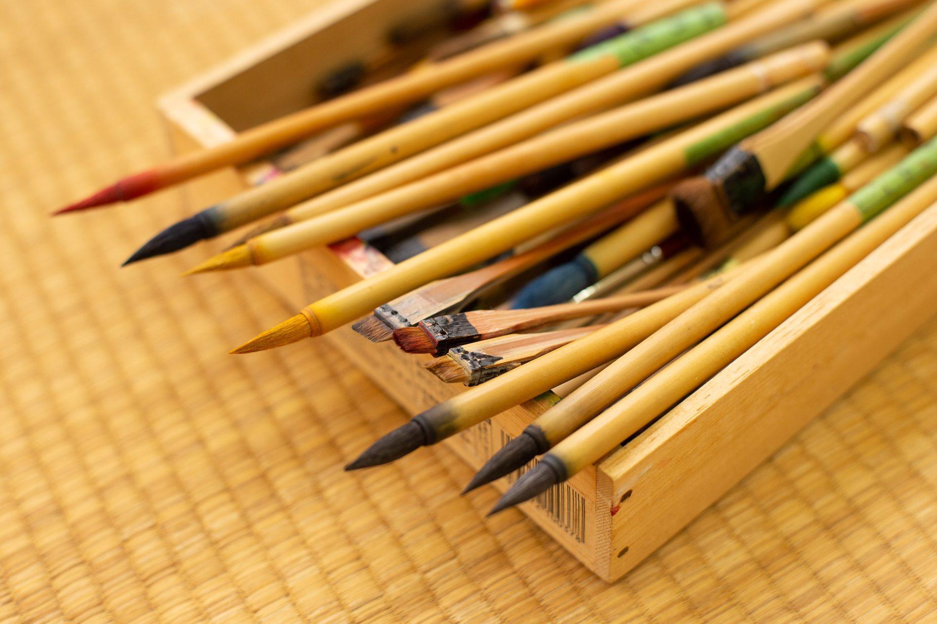 上仲さんが使用している筆。今回使った形の筆以外に、グラデージョンを作る際に使う筆(刷毛)など様々な種類があります。