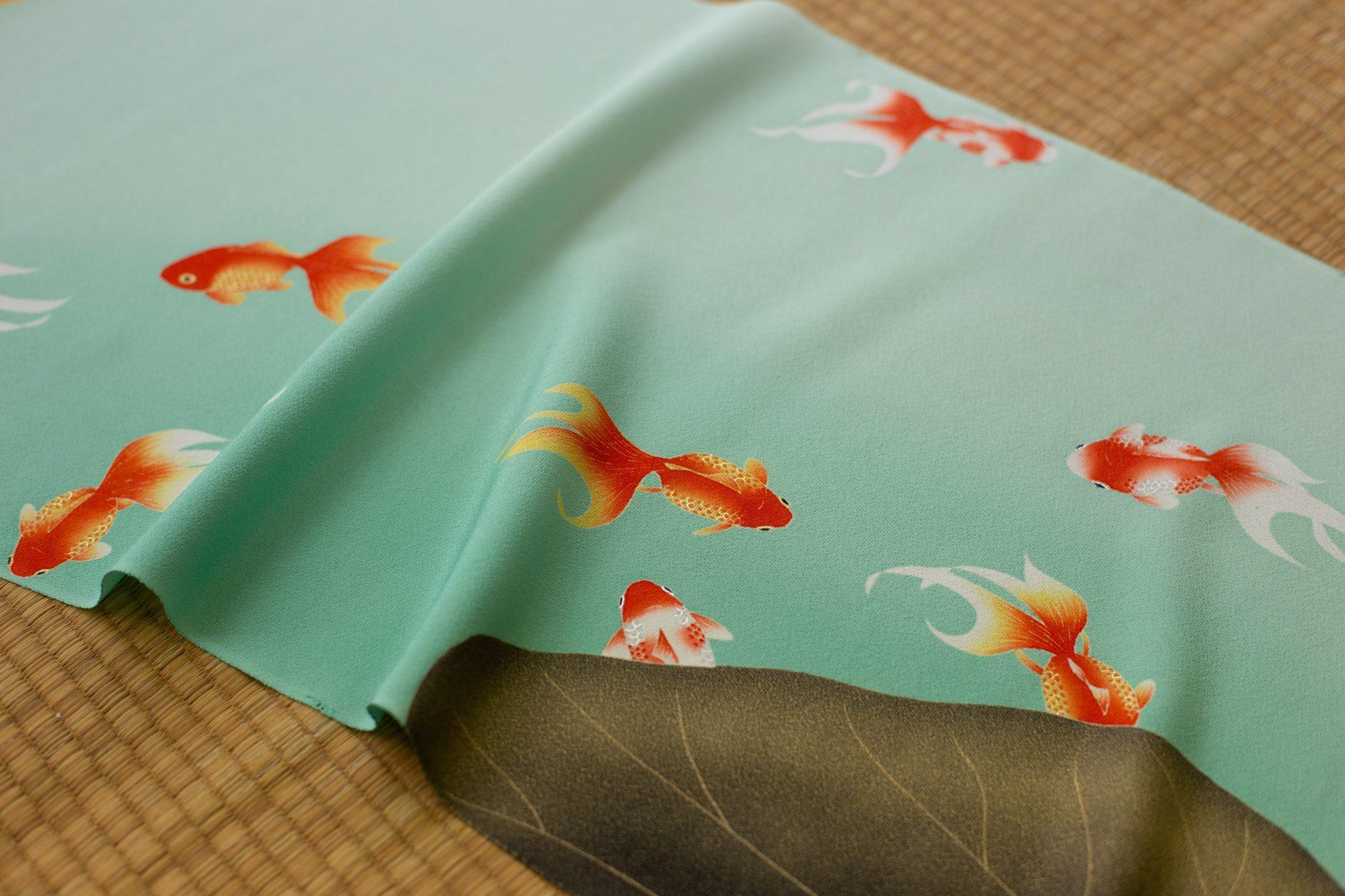 澄み切ったきれいな青に、グラデーションが美しい繊細な金魚が描かれた上仲さんの作品。説明せずとも良いものだと一目で分かります。